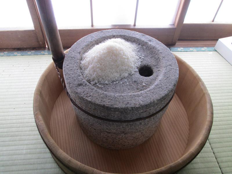 石うすで米の粉